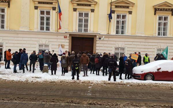 Policie v civilu vše sleduje z protilehlé strany ulice. Demonstranti odtud jako na dlani... - Sputnik Česká republika