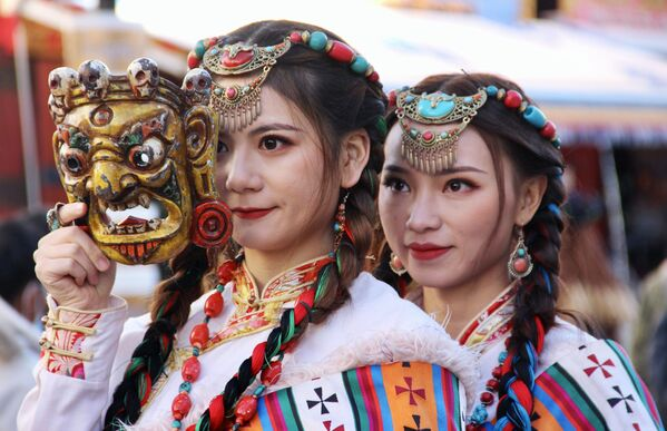 Dívky v národních krojích v Tibetu. - Sputnik Česká republika