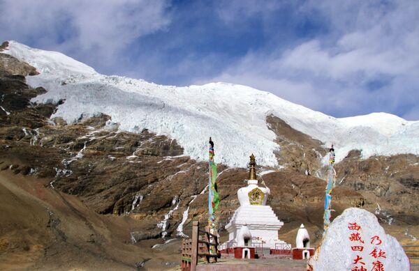 Malý ledovec Karola v tibetské autonomní oblasti, nacházející se poblíž jezera Jamdok. Čína. - Sputnik Česká republika