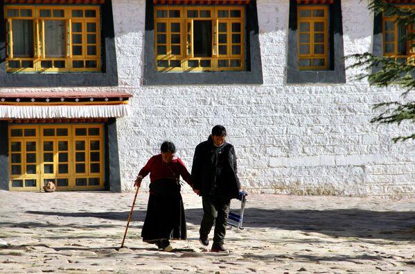 Místní obyvatelé města Lhasa v Tibetu. - Sputnik Česká republika