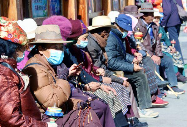 Tibetští poutníci ve městě Lhasa. - Sputnik Česká republika