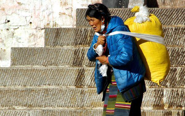 Tibetská poutnice ve městě Lhasa. - Sputnik Česká republika