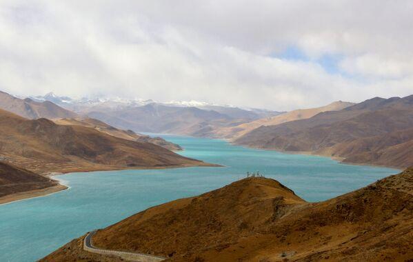 Jezero Jamdok v horách Tibetu. - Sputnik Česká republika