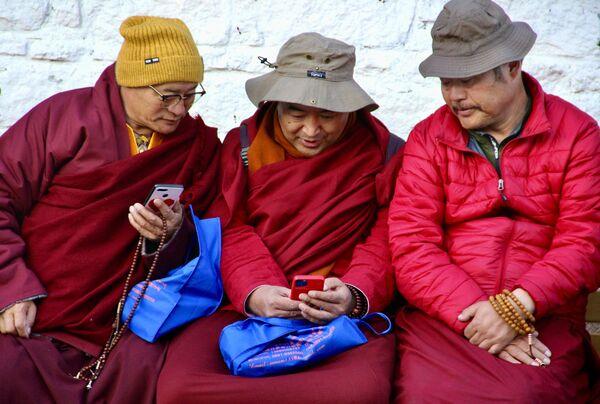 Tibetští mniši ve městě Lhasa. - Sputnik Česká republika