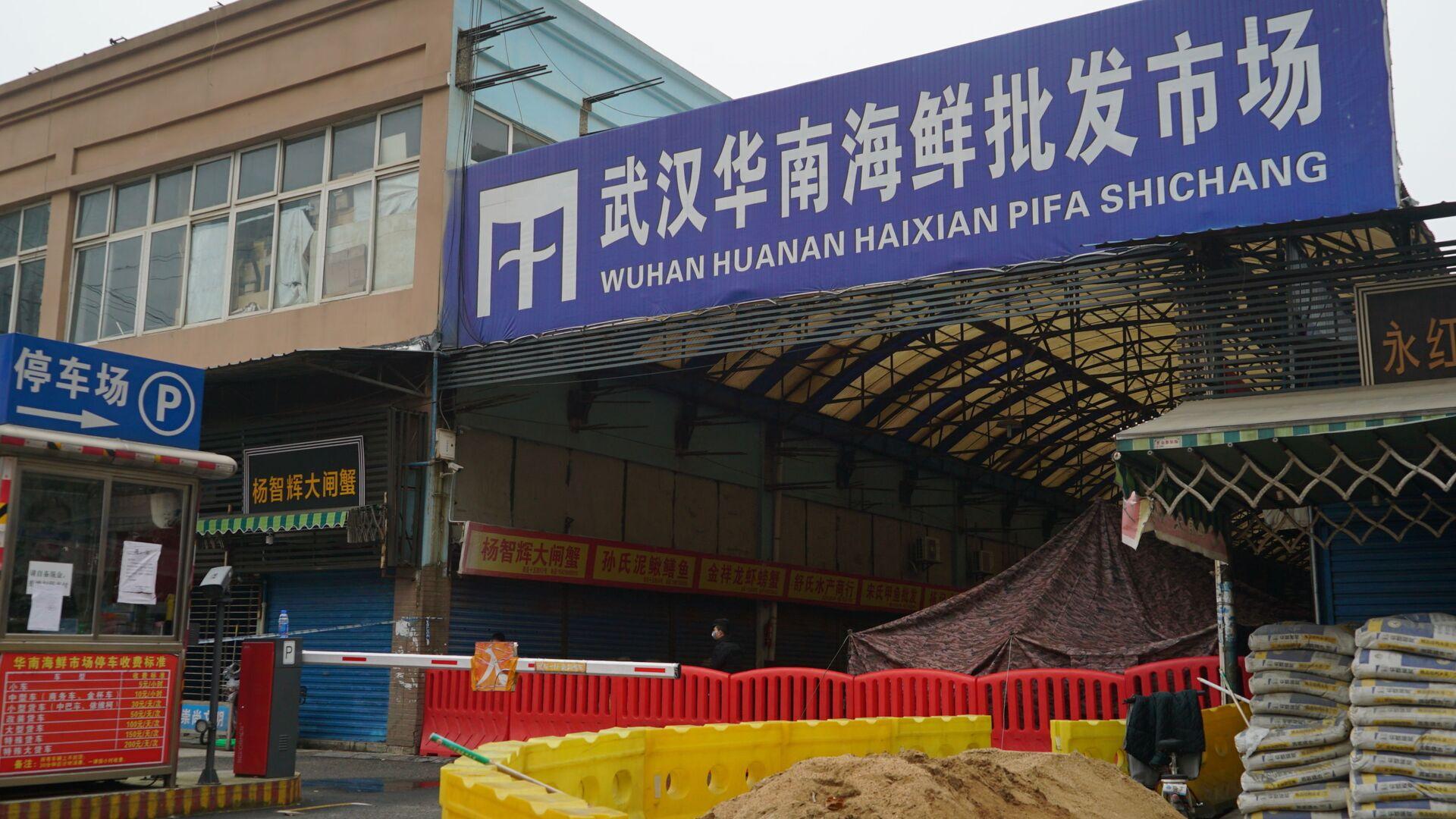 Velkoobchodní trh s mořskými plody Wu-chan Huanan, kde řada lidí souvisejících s trhem onemocněla virem - Sputnik Česká republika, 1920, 09.02.2021