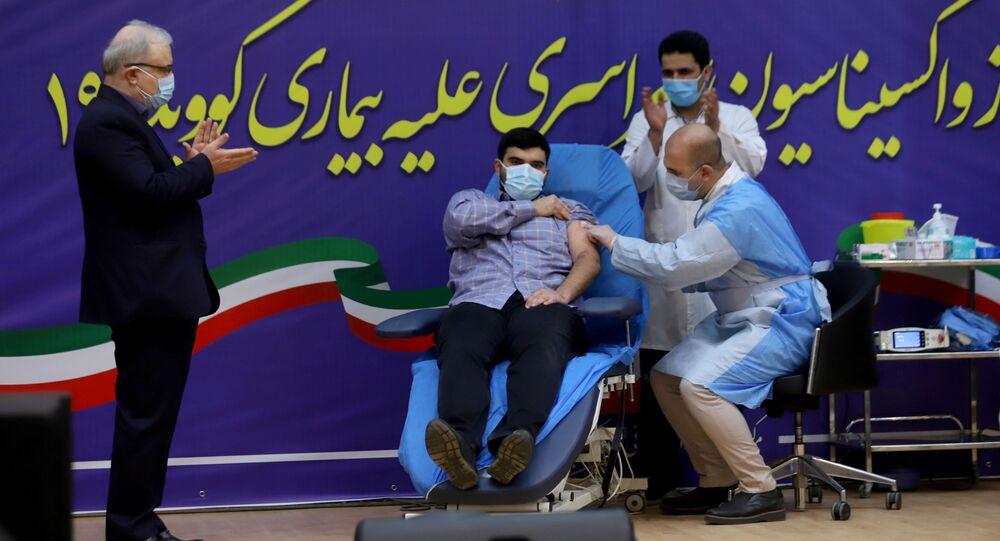 Syn ministra zdravotnictví Íránu během vakcinace