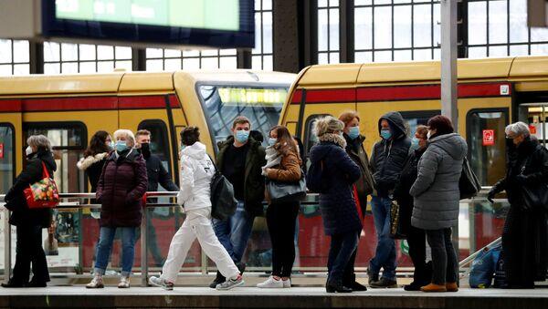 Lidé na nádraží v Berlíně, Německo - Sputnik Česká republika