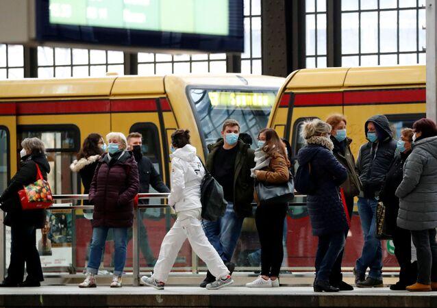 Lidé na nádraží v Berlíně, Německo