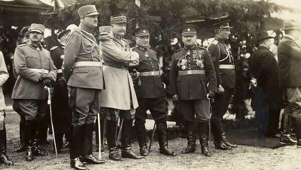 Francouzský generál Eugène Mittelhausser (třetí zleva v popředí) sleduje defilé čs. armády, které se uskutečnilo 28. října 1928 při příležitosti 10. jubilea vzniku Československé republiky - Sputnik Česká republika