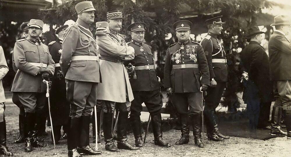 Francouzský generál Eugène Mittelhausser (třetí zleva v popředí) sleduje defilé čs. armády při příležitosti 10. jubilea vzniku Československa