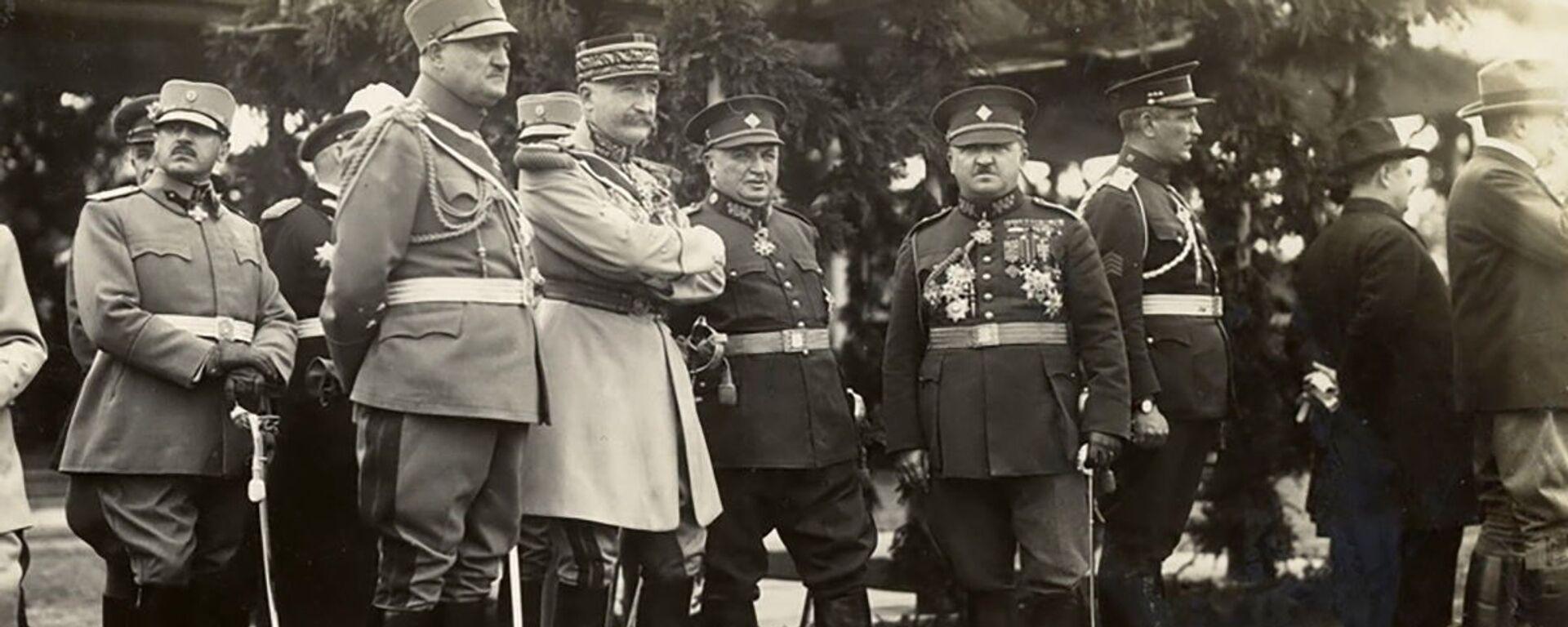 Francouzský generál Eugène Mittelhausser (třetí zleva v popředí) sleduje defilé čs. armády, které se uskutečnilo 28. října 1928 při příležitosti 10. jubilea vzniku Československé republiky - Sputnik Česká republika, 1920, 10.02.2021