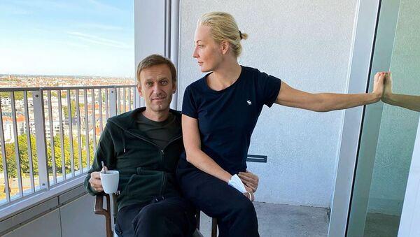 Alexej Navalnyj se svou manželkou Julií - Sputnik Česká republika