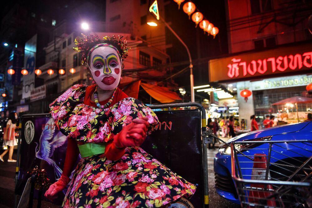 Tanečnice v čínské čtvrti v Bangkoku v předvečer lunárního nového roku