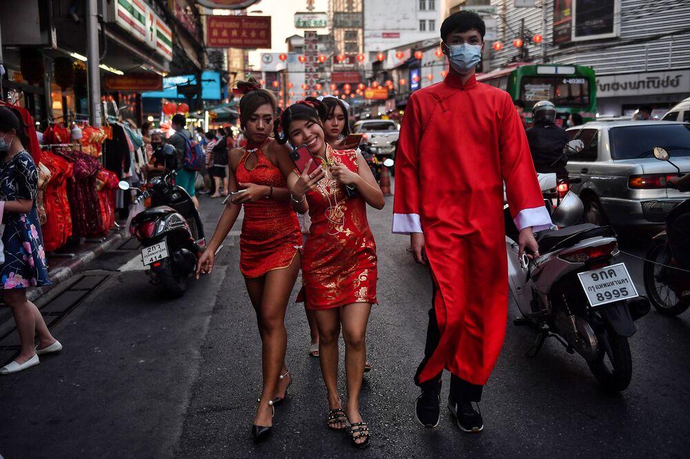 Lidé v tradičních outfitech v čínské čtvrti v Bangkoku před lunárním novým rokem