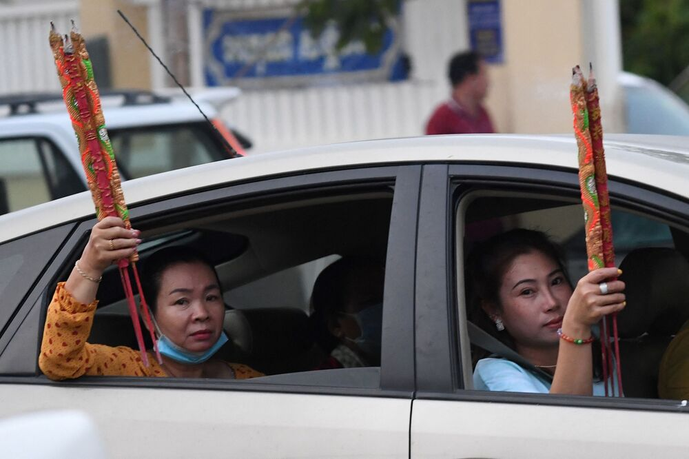 Ženy s aromatickými tyčinkami v autě během oslav lunárního nového roku v Ta Khmau, Kambodža