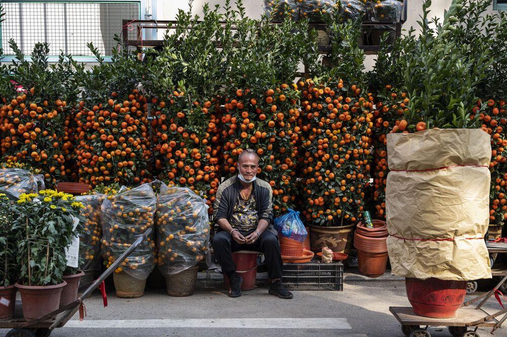 Slavnostní obchod na květinovém trhu v rámci přípravy na nadcházející čínský nový rok v Hongkongu
