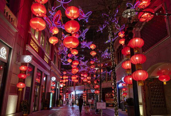 Stovky červených světel nad Lee Tung Avenue v Hongkongu. - Sputnik Česká republika