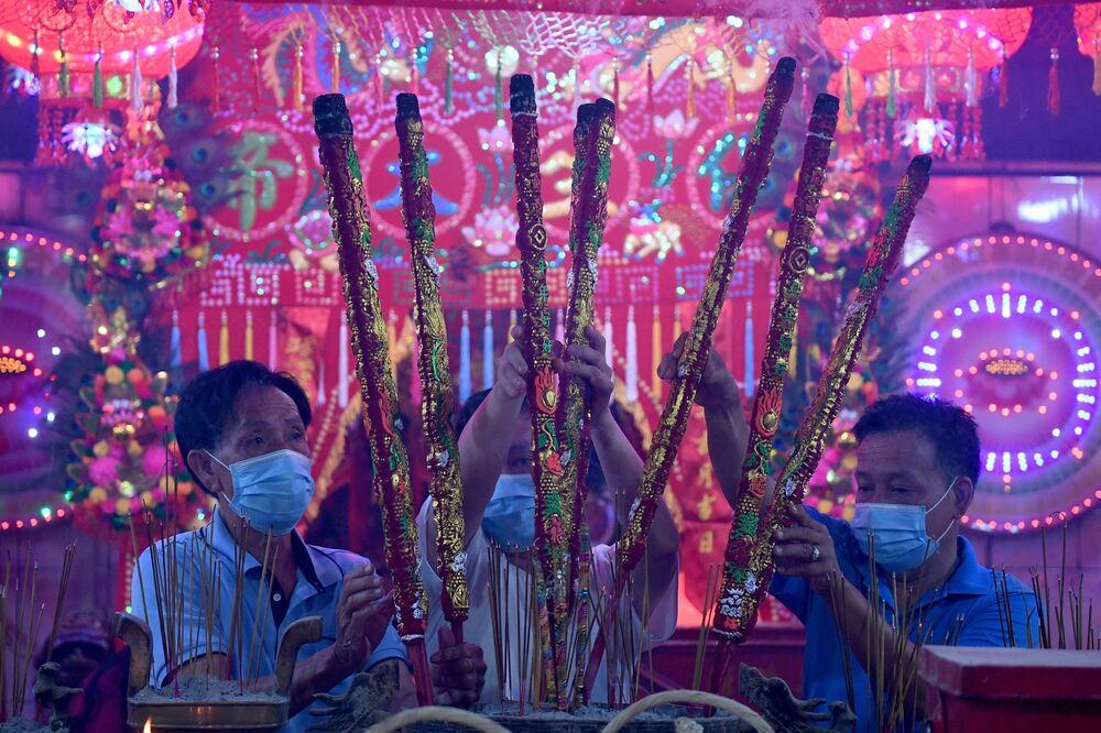 Věřící s aromatickými tyčinkami v chrámu v Ta Khmau, Kambodža