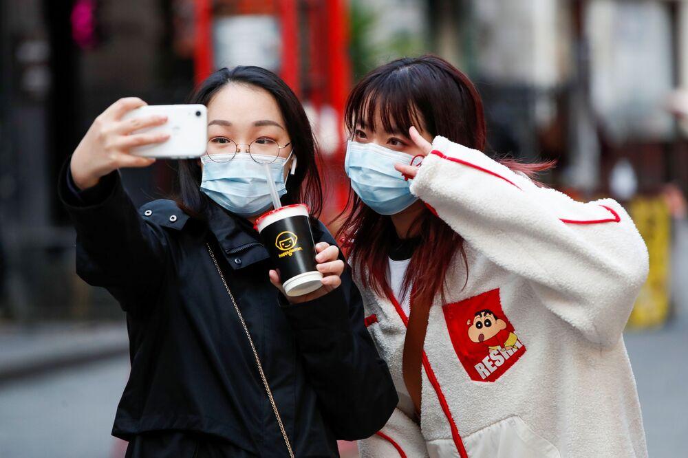Dívky si fotí selfie v čínské čtvrti, Londýn
