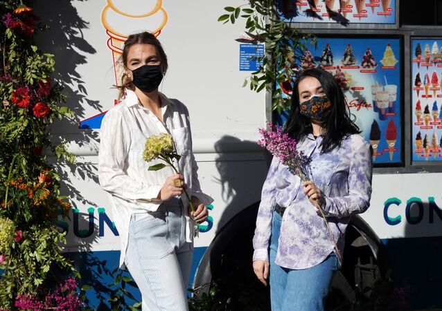 Dívky s kyticemi na Rockefeller Plaza před Valentýnem v New Yorku, USA