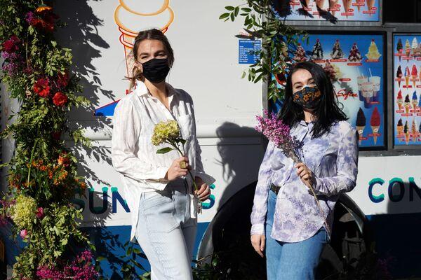 Dívky s kyticemi na Rockefeller Plaza před Valentýnem v New Yorku, USA. - Sputnik Česká republika