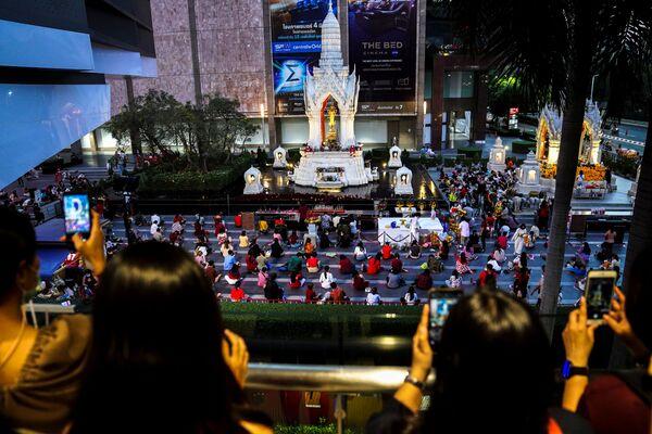 Lidé se modlí během náboženského obřadu v chrámu Phra Trimurti, aby si popřáli hodně štěstí při hledání spřízněných duší před Valentýnem. Bangkok, Thajsko. - Sputnik Česká republika