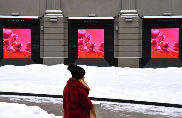 Dívka poblíž budovy obchodního domu CUM v Moskvě v předvečer Valentýna. - Sputnik Česká republika