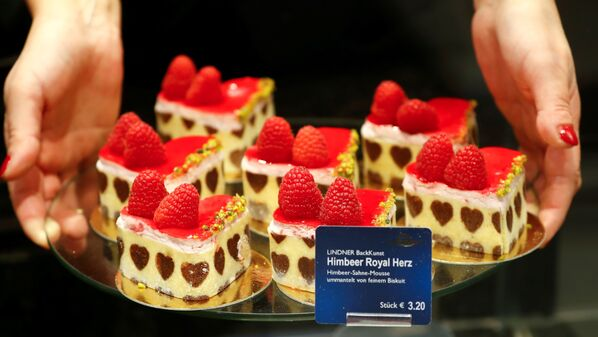 Malé dortíky se srdcem k Valentýnu v cukrárně v Berlíně, Německo. - Sputnik Česká republika
