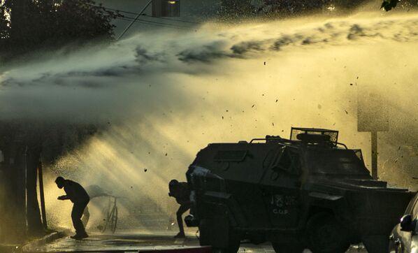 Pouliční umělci se střetli s policií poté, co místní policie zabila pouličního umělce v Pankipuli v Santiagu.  - Sputnik Česká republika