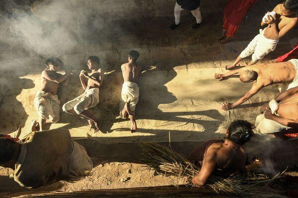 Modlitby před rituálem koupání během měsíčního festivalu Swasthani na řece Hanumante v Nepálu.  - Sputnik Česká republika