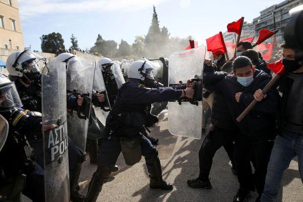 Střet policie se studenty vysokých škol v řeckých Aténách.  - Sputnik Česká republika