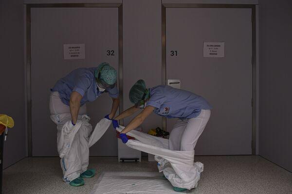 Zaměstnanci v nemocnici San Juan de Dios v Pamploně na severu Španělska.  - Sputnik Česká republika