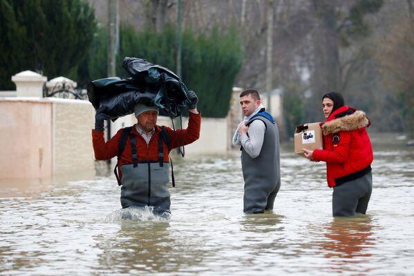Obyvatelé francouzské obce Esbly v zaplavených ulicích .  - Sputnik Česká republika
