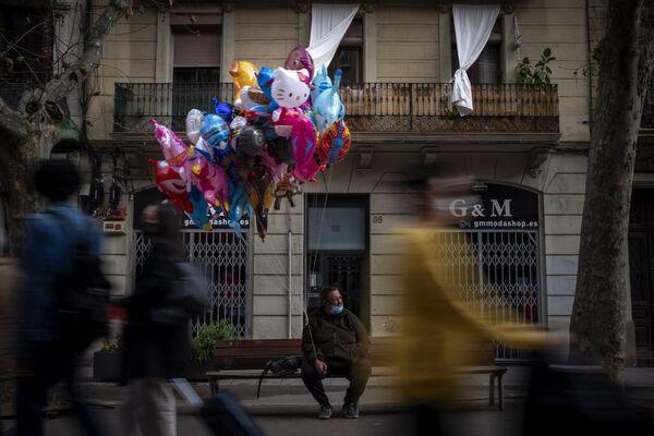 Prodejce balónů v jedné z ulic Barcelony, Španělsko.  - Sputnik Česká republika