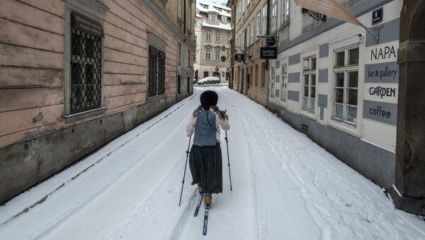 Žena lyžuje v zasněžené Praze - Sputnik Česká republika