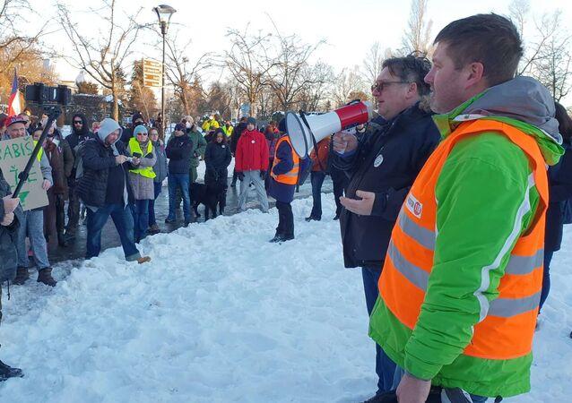 Jakub Olbert (1. zprava) a Jiří Janeček (2. zprava) z iniciativy Chcípl pes na Valentýna promlouvají k pochodu demonstrantů za otevření Česka a za konec nouzového stavu.