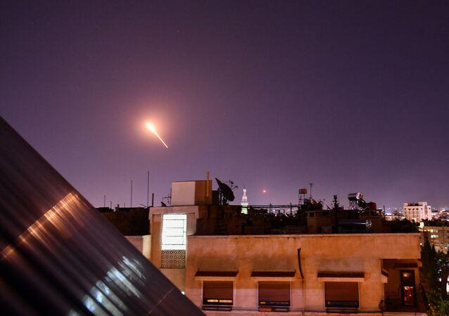 Zachycení izraelských raket nad Damaškem protivzdušnou obranou Sýrie