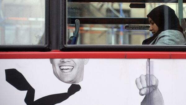Muslimská dívka v londýnském autobuse - Sputnik Česká republika