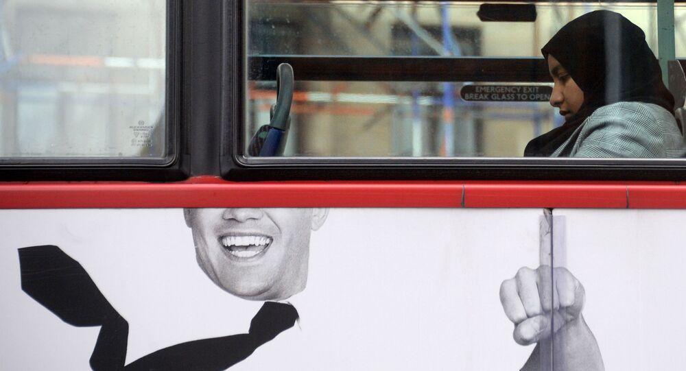 Muslimská dívka v londýnském autobuse