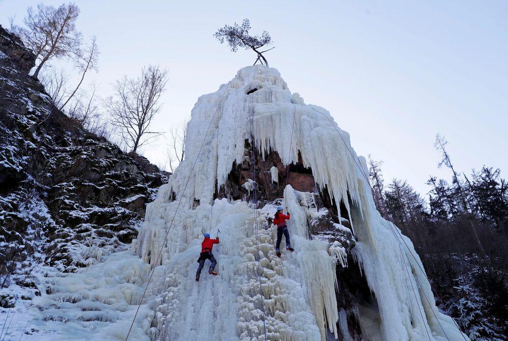 Čeští horolezci při nácviku ledového lezení.