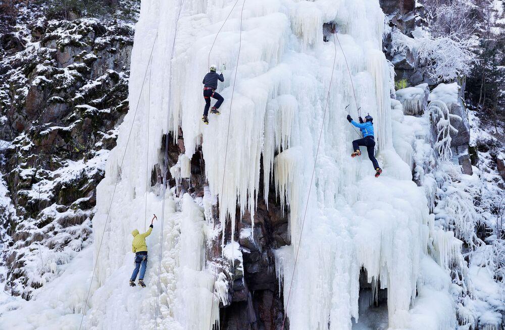 Horolezci během adrenalinové akce na zamrzlých stěnách.