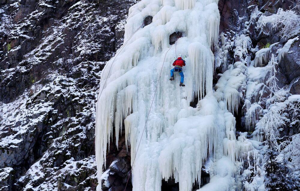 Horolezec zdolává ledovou stěnu v Bystřici nad Pernštejnem.