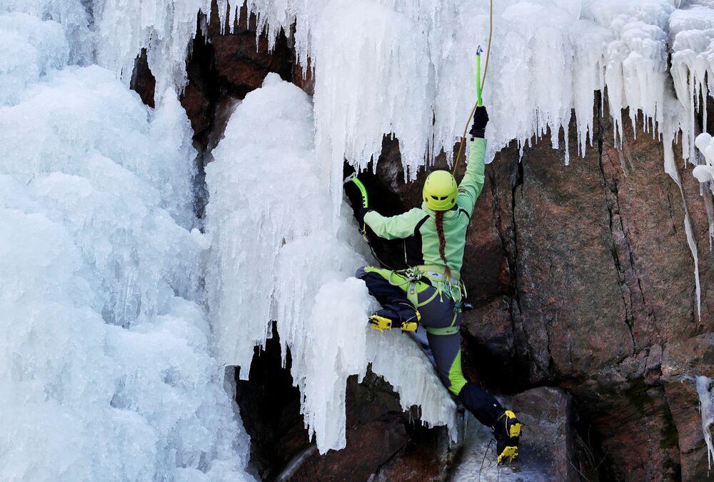 Žena nacvičuje ledové lezení v obci Vír.