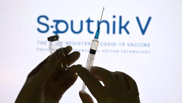 Stříkačka a ampula s vakcínou Sputnik V - Sputnik Česká republika