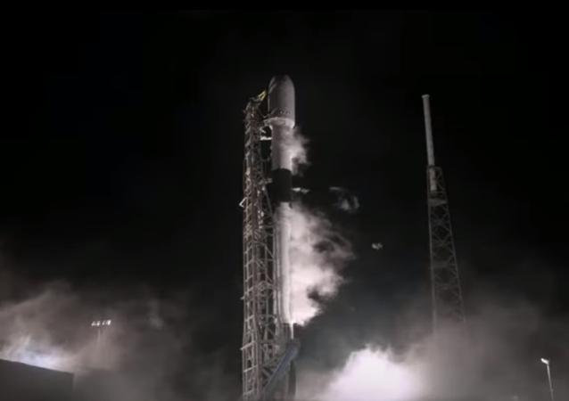 Nosná raketa Falcon 9 chvíli před startem s mysu Canaveral na Floridě