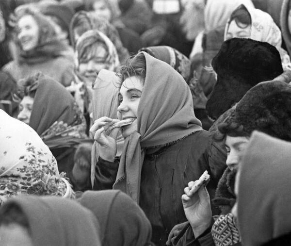 Sovětští občané se loučí se zimou během svátku Maslenica. - Sputnik Česká republika