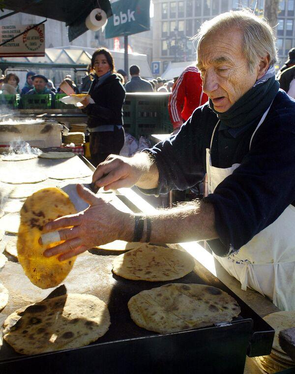 Muž připravuje tradiční baskické palačinky na trhu v Bilbau, Španělsko. - Sputnik Česká republika