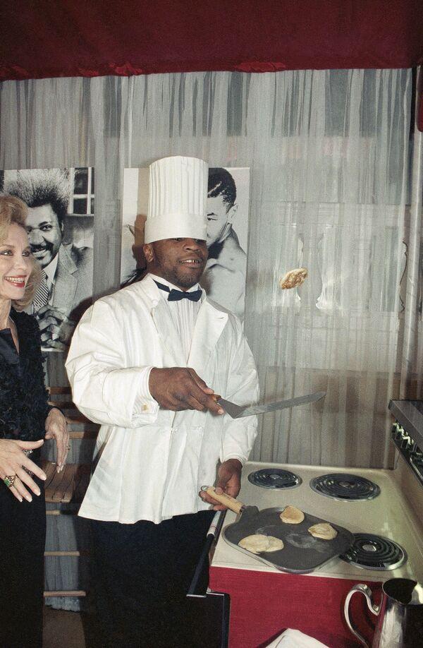 Boxer Mike Tyson při přípravě palačinek v New Yorku. - Sputnik Česká republika