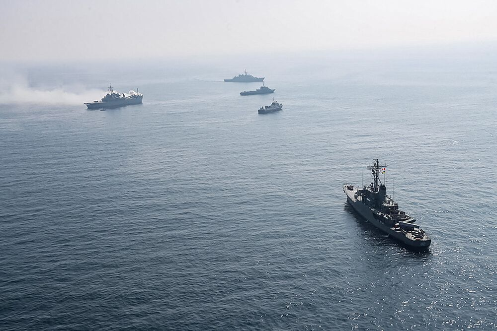 Íránské a ruské válečné lodě během společného námořního cvičení v Indickém oceánu.