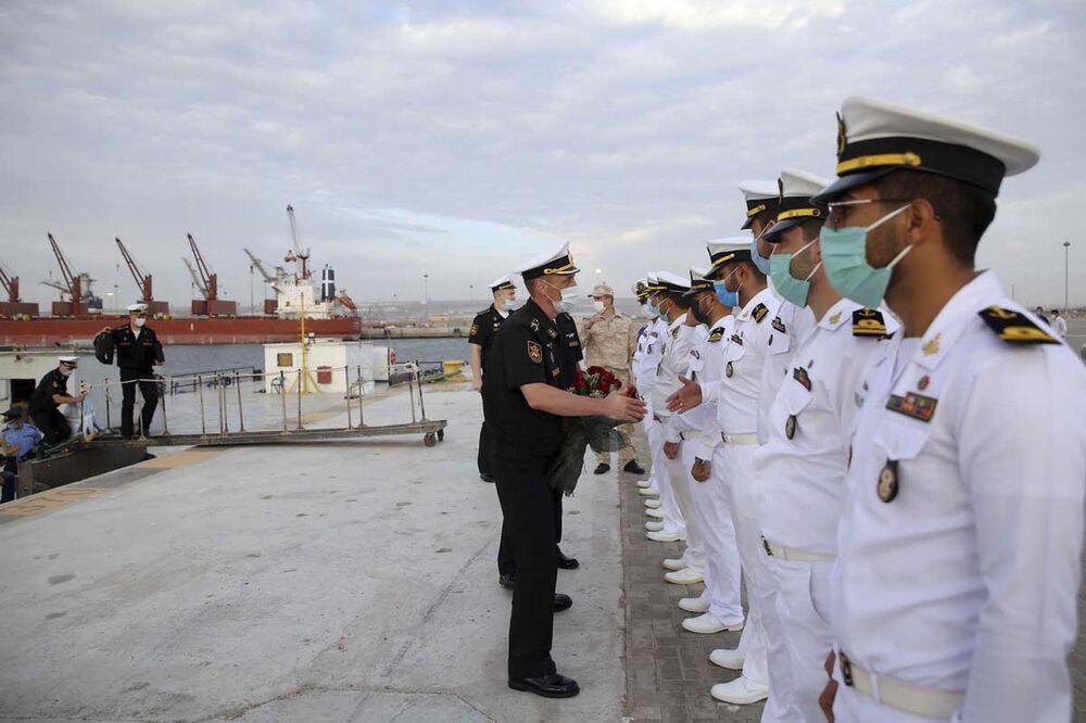 Ruský velitel vítá vojáky íránských námořních sil.